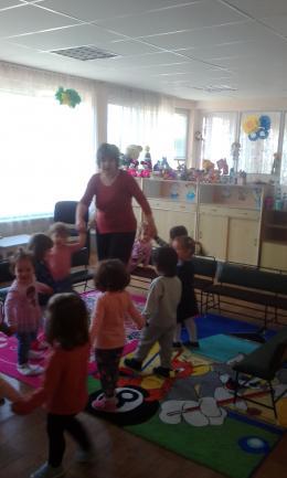 Весело е с мама и за най-малките деца от яслите в деня на отворените врати! - 01 - ДГ Иглика - Пещера