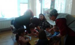 Весело е с мама и за най-малките деца от яслите в деня на отворените врати! - 06 - ДГ Иглика - Пещера